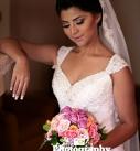 novia-mira-su-ramo-antes-de-casarse-127x137 Galería